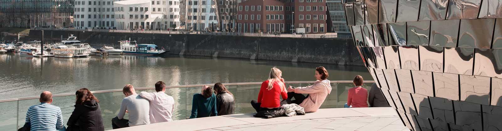 Junge Menschen am Wasser