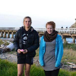 Zwei Mädchen am Pier