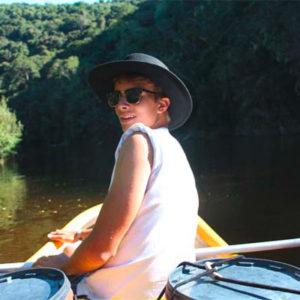 Junge auf Kanu