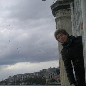 Junge in altem Gebäude