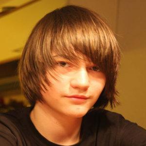 Junge mit langen Haaren