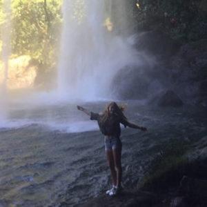 Mädchen vor Wasserfall