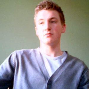 Junge mit grauer Jacke