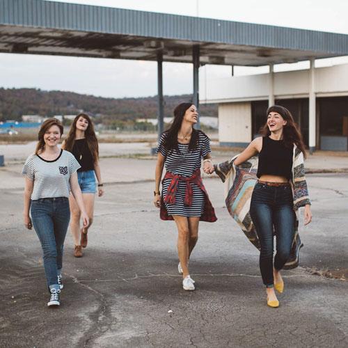 Mädchen an Tankstelle