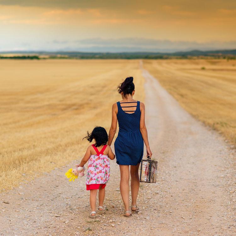 Mädchen mit Kleinkind