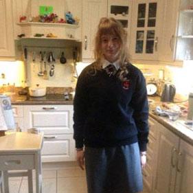 Mädchen in Schuluniform