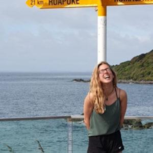 die Weltbürger-Stipendiatin posiert vor dem Meer
