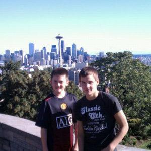 2 Gastbrüder vor der Skyline von Seattle