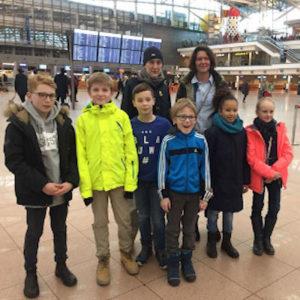 Schüler am Flughafen