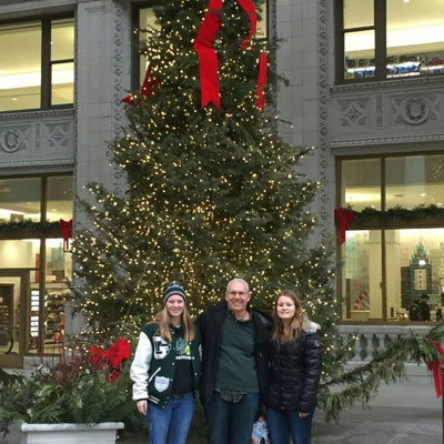 Jessica mit ihrer Gastfamilie vor einem Weihnachtsbaum