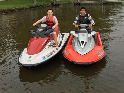Nico auf einem Motorboot