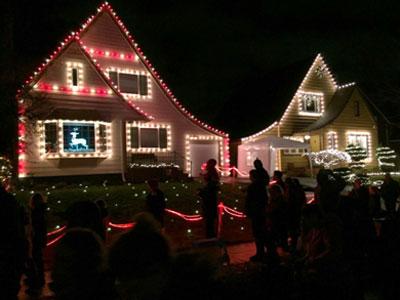 Häuser mit Weihnachtsbeleuchtung