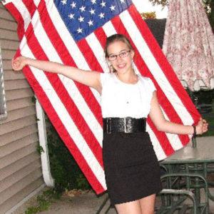 Mädchen vor amerikanischer Flagge