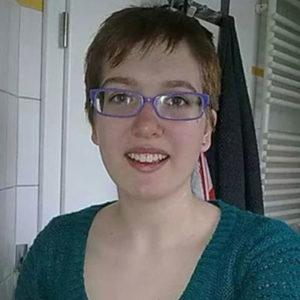 Frau mit Brille und Kurzhaarschnitt